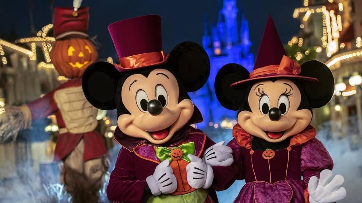 Mickey und Minnie sind auf diesem Foto in ihrem Halloweenkostümen auf der Main Street U.S.A. zu sehen