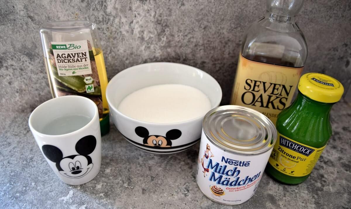 Verschiedene Zutaten wie Zucker und Whiskey für die Whiskey-Salted Caramel Sauce
