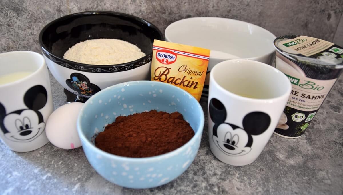 In mehreren Schalen sind die verschiedenen Zutaten für die Buttermilch-Schoko-Küchlein zu sehen