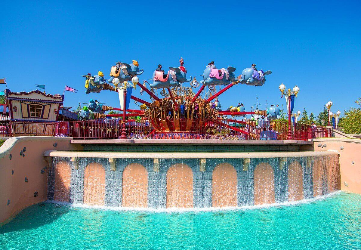 "Das Karussell ""Dumbo the Flying Elephant"" in Disneyland Paris mit 16 Elefanten als Fahrgondeln."