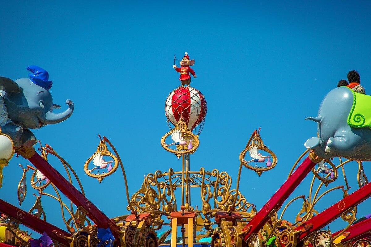 Die Maus Timothy ist auf einem Ballon zusehen und hält eine Feder in der HAnd.