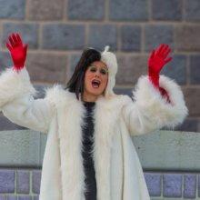 Cruella De Ville tritt auf der Bühne vor dem Dornröschenschloss auf