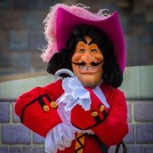 Captain Hook ist auf der Bühne vor dem Schloss im Disneyland Park zu sehen