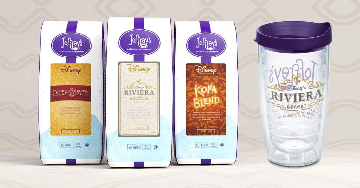 Das Bild zeigt drei Packungen Kaffee von Joffrey's Coffee & Tea Company in drei Sorten, in der Mitte Disney's Riviera Resort Blend, und daneben einen Trinkbecher aus Plastik