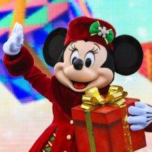 Minnie Mouse mit weihnachtlichem Outfit winkt