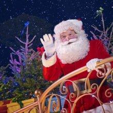 Der Weihnachtsmann winkt mit der rechten Hand