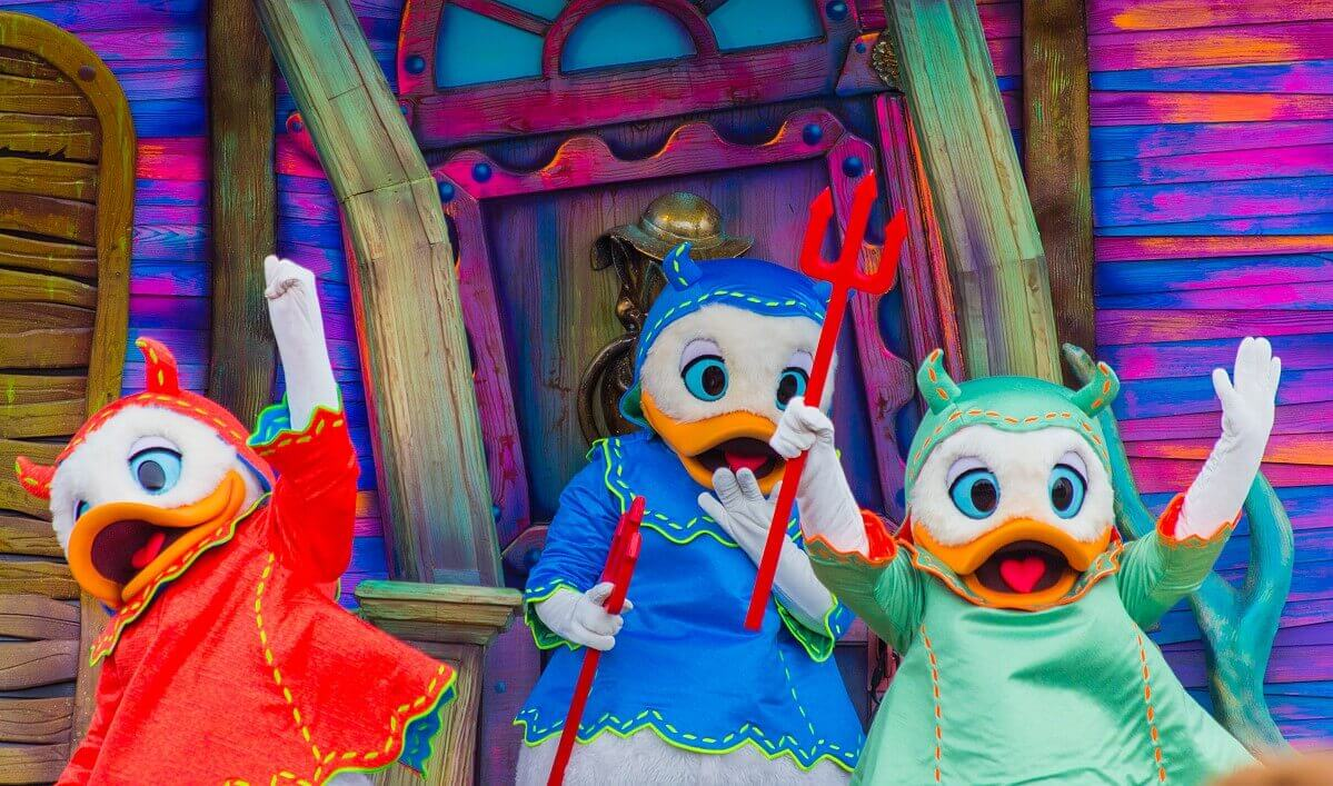 Tick, Trick und Track sind bei der Halloweenparade in Disneyland Paris als Teufelchen verkleidet