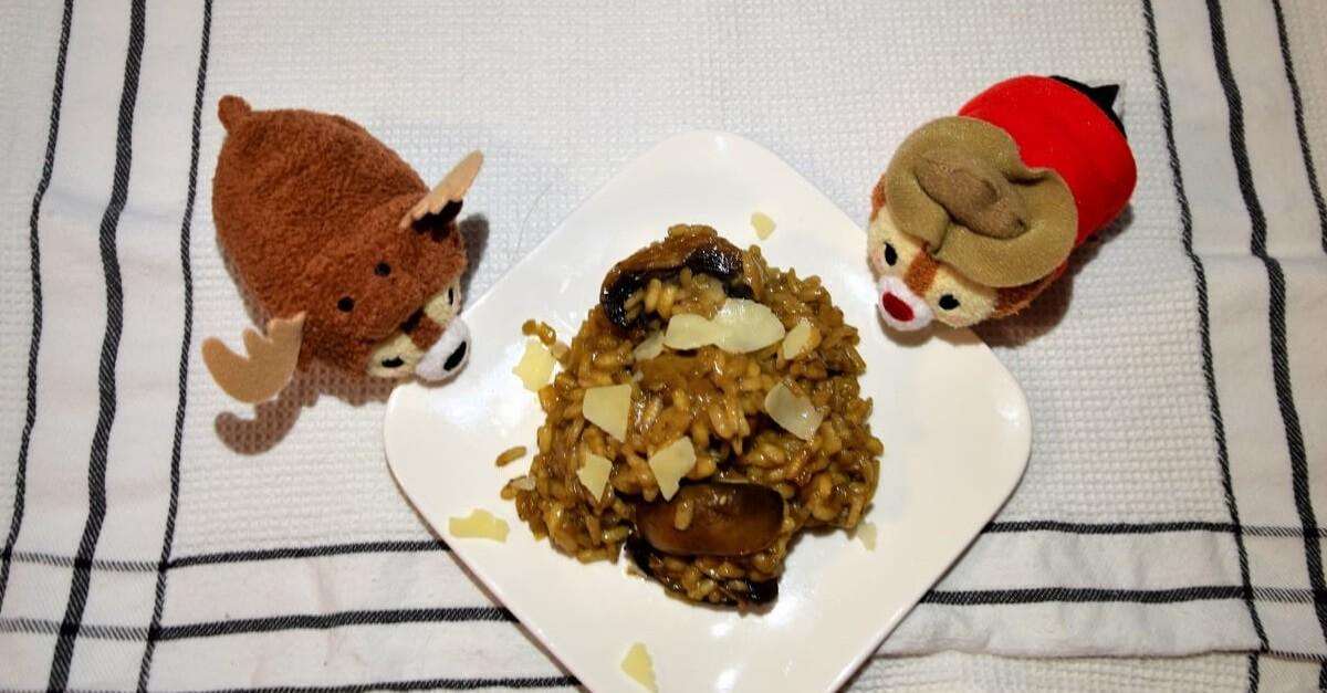 Neben einem Teller mit Pilzrisotto sitzen zwei Chip und Chap Tsum Tsums im Kanada-Design