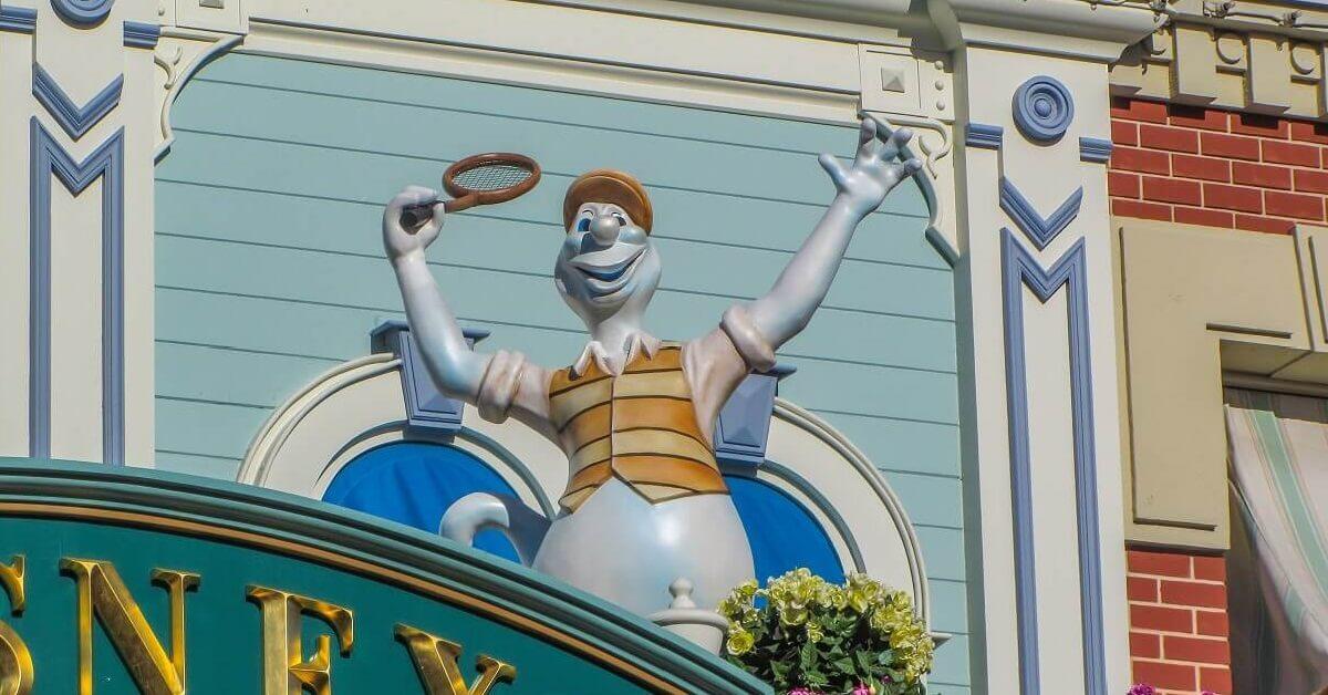 Eine lustige Geisterfigur auf einem Gebäude an der Main Street U.S.A. in Disneyland Paris