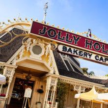 Blick auf den Eingang zum Gebäude der Jolly Holiday Bakery Café in Disneyland in Anaheim, Kalifornien