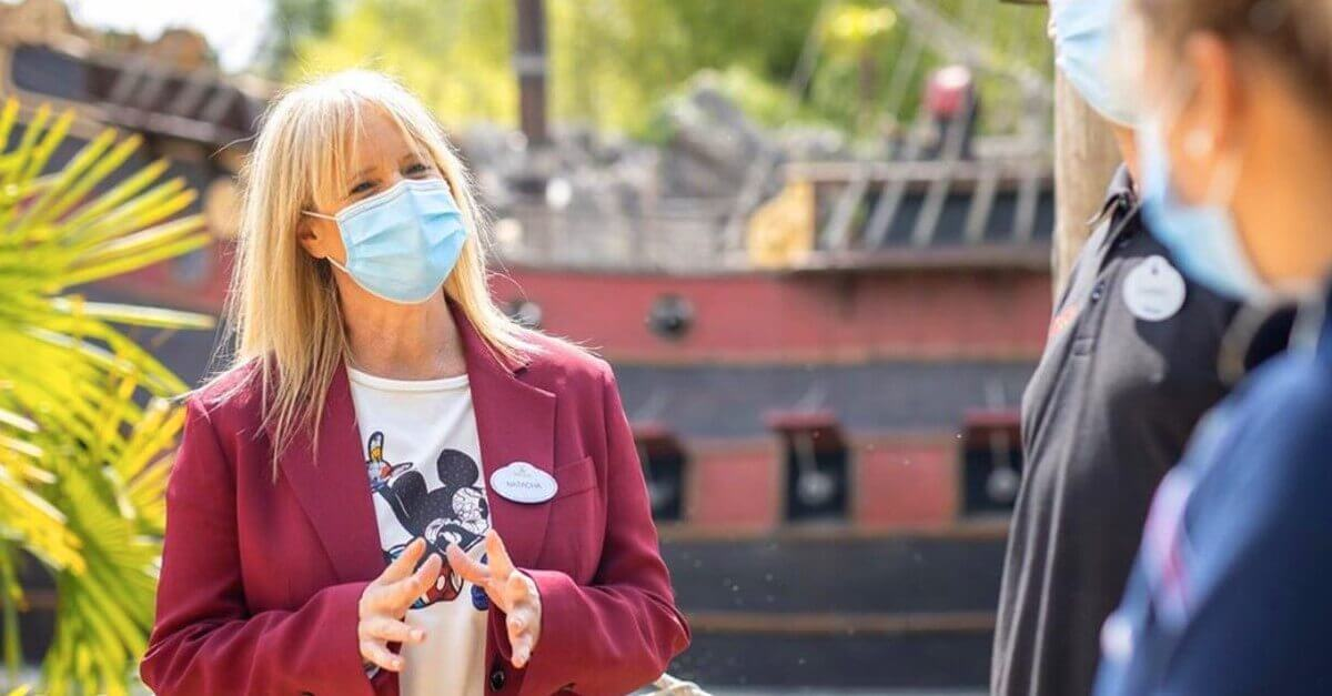 Natacha Rafalski mit Cast Membern vor dem Piratenschiff in Disneyland Paris