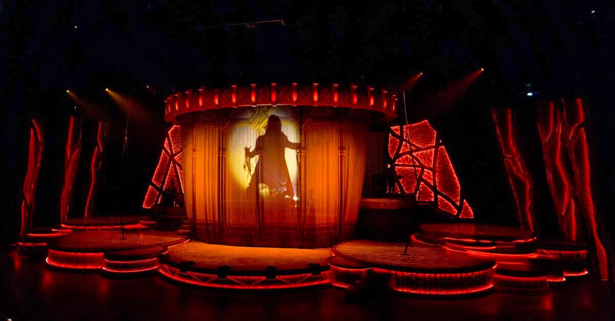 Beginn der Show König der Löwen Rhythms of the Pride Lands in Disneyland Paris mit einem Auftritt von Rafiki