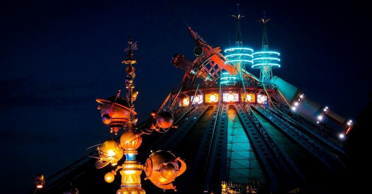 Nachtaufnahme von Space Mountain und Orbitron im Discoveryland in Disneyland Paris