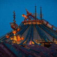 Blick auf die Kuppel und Abschussrampe der Attraktion Hyperspace Mountain bei Nacht, mystisch beleuchtet.