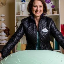 Tracy Eck in ihrem Büro im Disneyland Paris, umgeben von Modellen verschiedener Show- und Design-Projekten.
