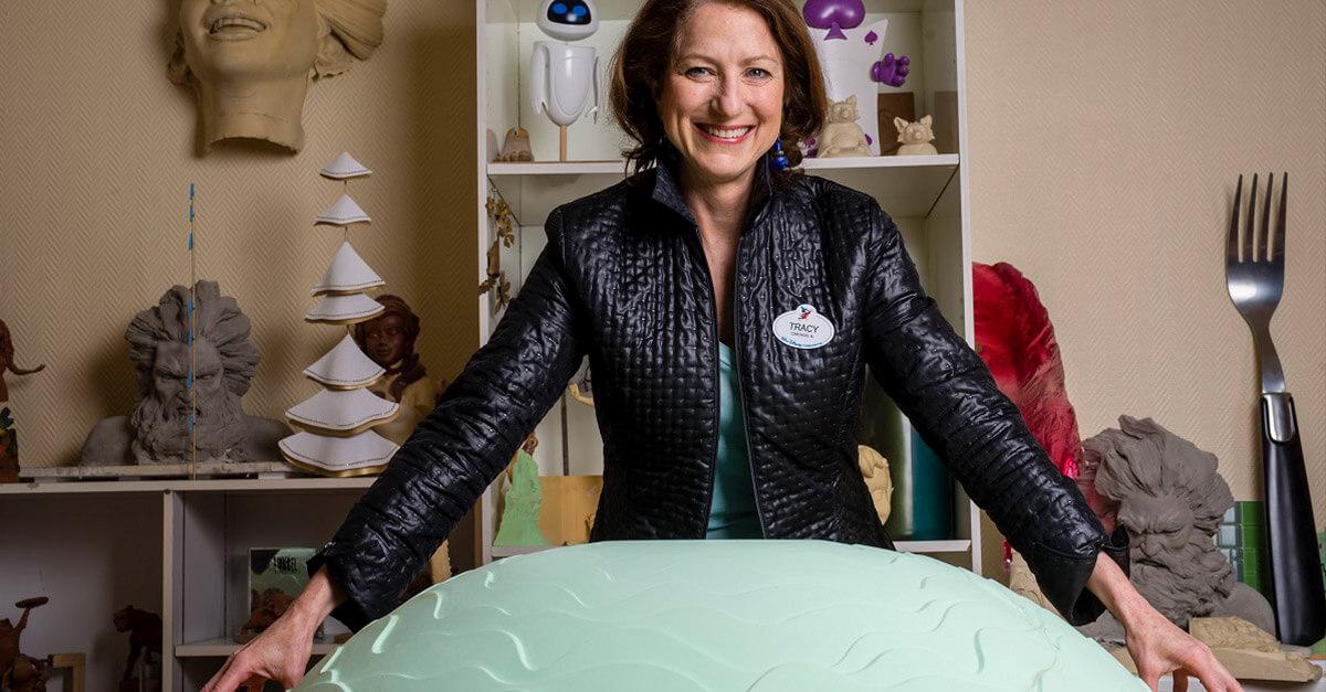Tracy Eck in ihrem Büro in Disneyland Paris, umgeben von Modellen verschiedener Show- und Design-Projekten.