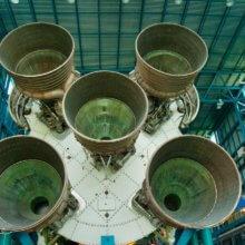 Blick auf das Unterteil einer Saturn 5 Rakete im Kennedy Space Center