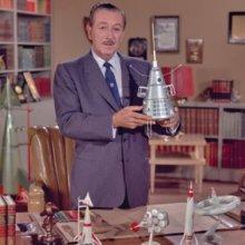 Aufnahme von Walt Disney mit Raumfahrtmodellen auf seinem Schreibtisch