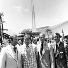 Schwarz-Weiß-Fotografie mehrerer Astronauten beim Besuch von Walt Disney World zur Eröffnung von Space Mountain