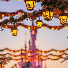 Disneys-Halloween-Festival mit Blick zum Schloss