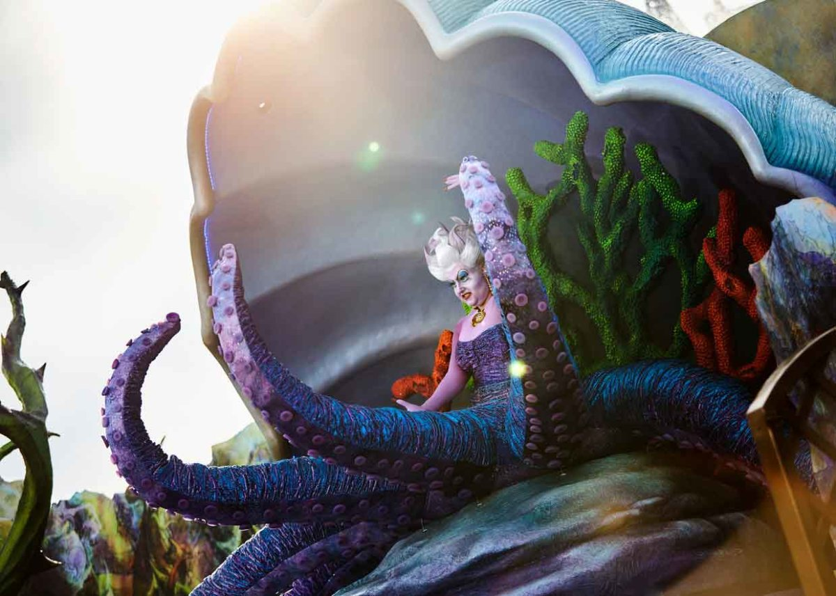 Die böse Ursula auf der Halloween-Bühne vor dem Schloss