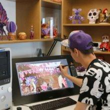 Thomas Gallou zeichnet mit einem digitalen Stift auf dem PC