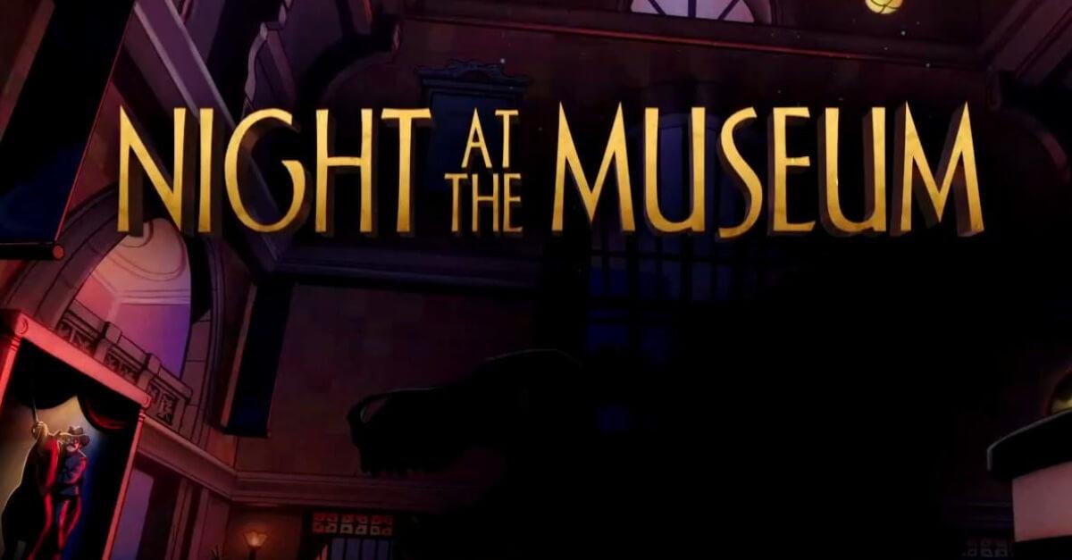 Wir sehen die Szenerie zu Nachts im Museum 3. Im Dunkeln sehen wir die Schemen bekannter Charaktere, Dinoskelett Rex und Teddy Roosevelt.