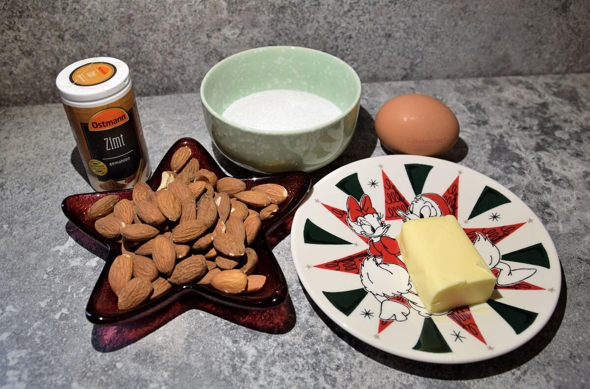Auf einer Küchenarbeitsfläche liegen mehrere Zutaten für die glasierten Mandeln nach Disney World Rezept