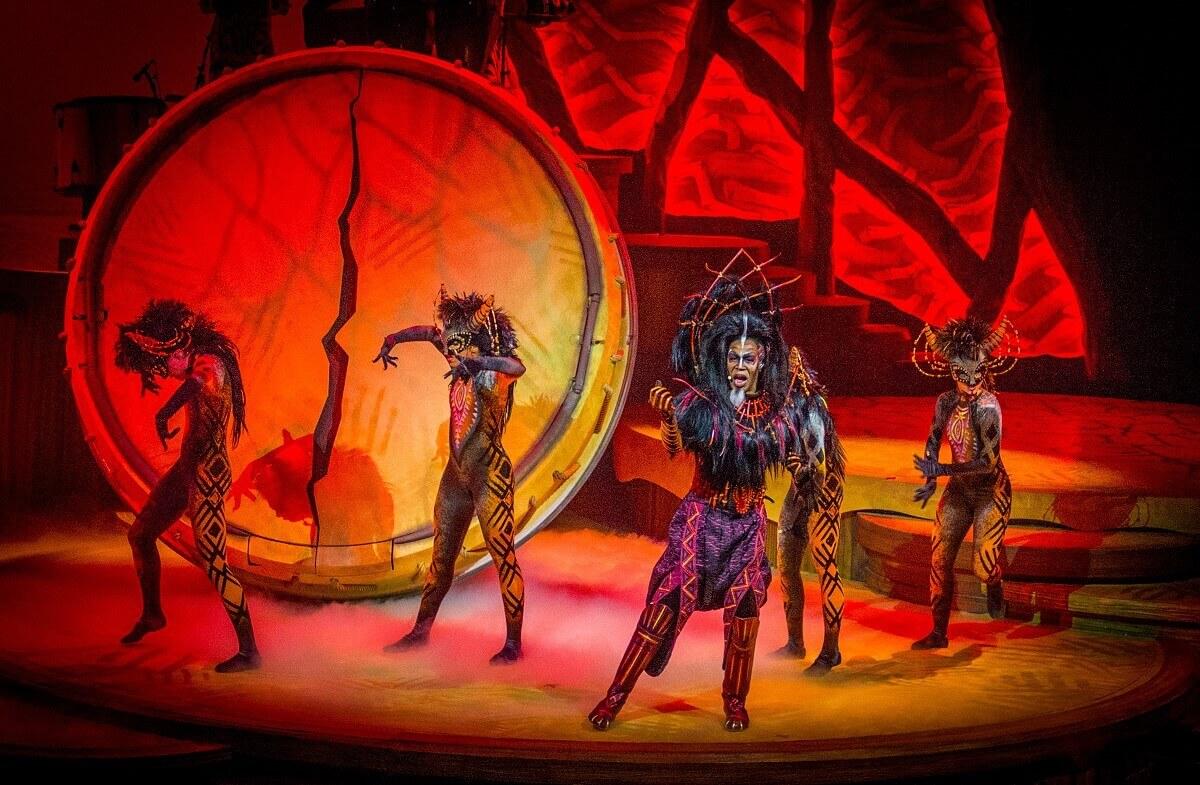 Auftritt einiger Darsteller bei der Show Lion King: Rhythm of the Pride Lands im Theater im Frontierland