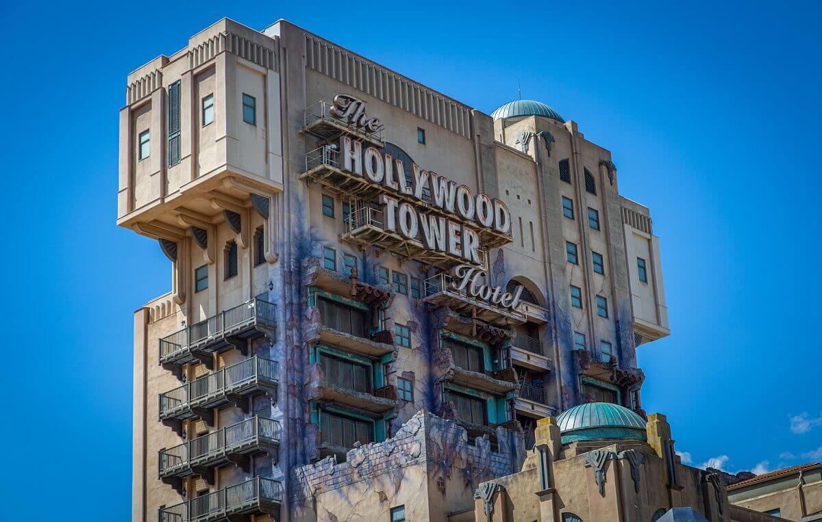 Blick auf den Tower of Terror in den Walt Disney Studios vor einem strahlend blauen Himmel