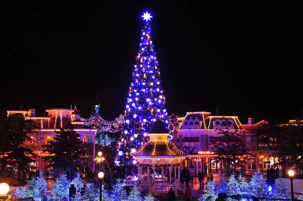 Der prächtige Weihnachtsbaum in Disneyland Paris funkelt in Blau mit einem großen Stern auf der Spitze
