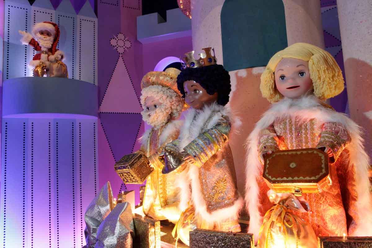 """Die Figuren in """"it's a small world"""" sind weihnachtlich angezogen. die heiligen drei Könige bringen Weihrauch, Myrrhe und Gold."""