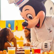 Mickey Mouse ist als Küchenchef verkleidet im Buffetrestaurant Chef Mickey's im Contemporary Resort zu sehen