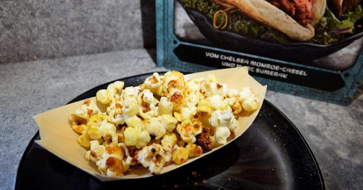 In einem kleinen Bambusschälchen ist Popcorn nach dem Rezept für Kat Saka's Kettle Corn aus Galaxy's Edge zu sehen
