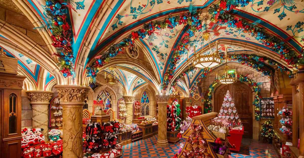 Blick in die Schlossboutique des Dornröschenschlosses und auf die darin angebotenen Weihnachtsartikel