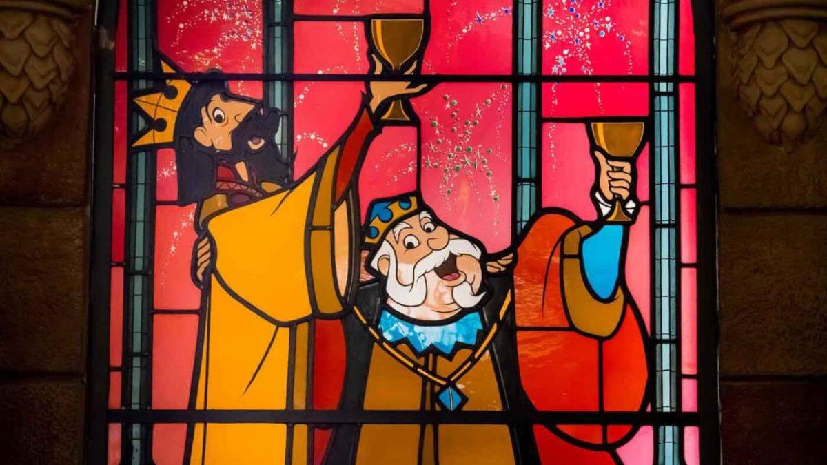 """Auf einem kunstvollen Buntglasfenster im Dornröschenschloss sieht man die Könige Hubert und Stefan aus dem Disneyklassiker """"Dornröschen"""" beim Anstoßen auf die Zukunft ihrer Kinder"""