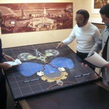 Fotoaufnahme mehrerer Disney Imagineers beim Diskutieren über die Pläne für das Epcot Center