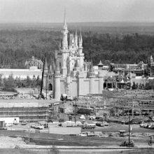 Eine Schwarz-Weiß-Fotografie zeigt den Bau des Magic Kingdoms in Florida