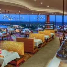 Blick in den elegant gestalteten Innenraum des Restaurants California Grill im Contemporary Resort in Walt Disney World