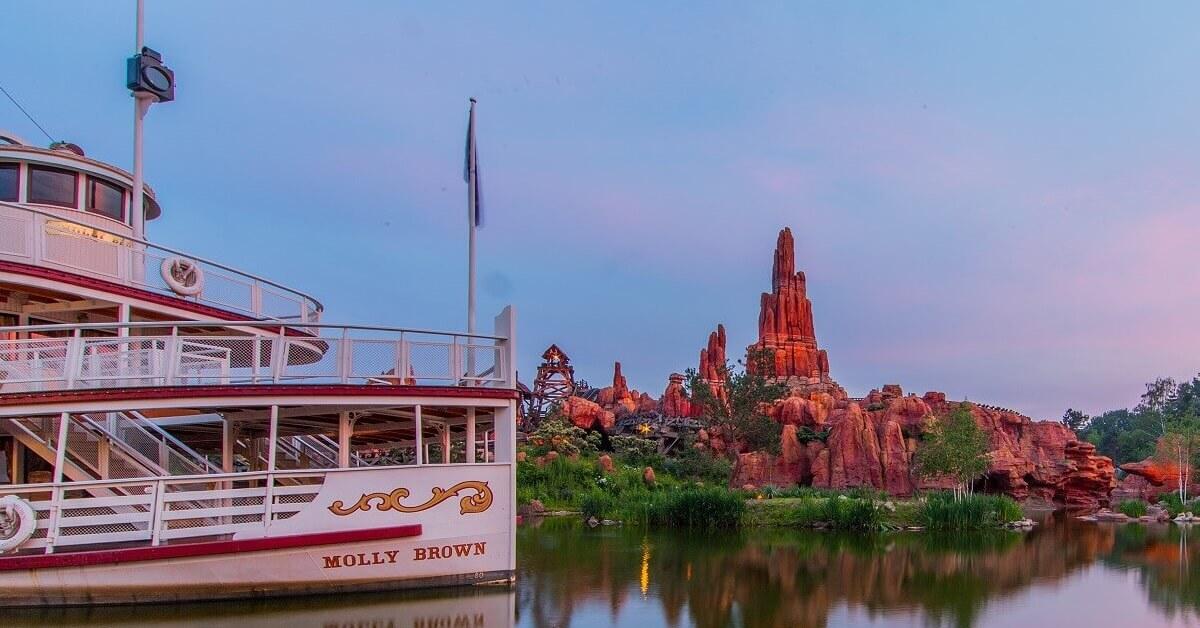 Blick vorbei am Schaufelraddampfer Molly Brown auf den Big Thunder Mountain im Frontierland in Disneyland Paris