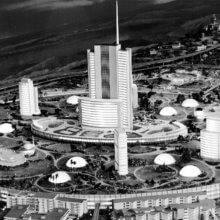 Schwarz-Weiß-Fotografie des originalen Epcot-Modells beim Carousel of Progress im Jahr 1967