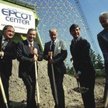 Mehrere Männer in Anzügen fotografiert beim Spatenstich für das Epcot Center