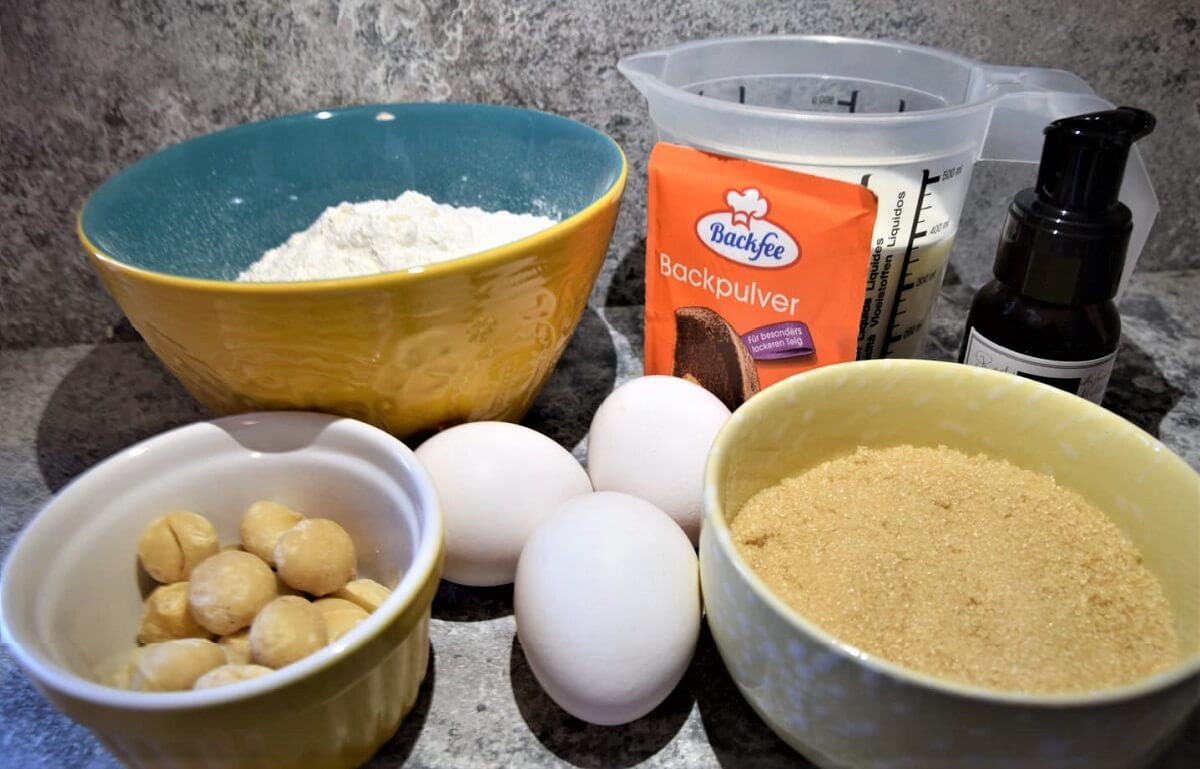 In mehrere Schälchen sind die benötigten Zutaten für Macadamia Nut Pancakes nach einem Disney World Rezept zu sehen