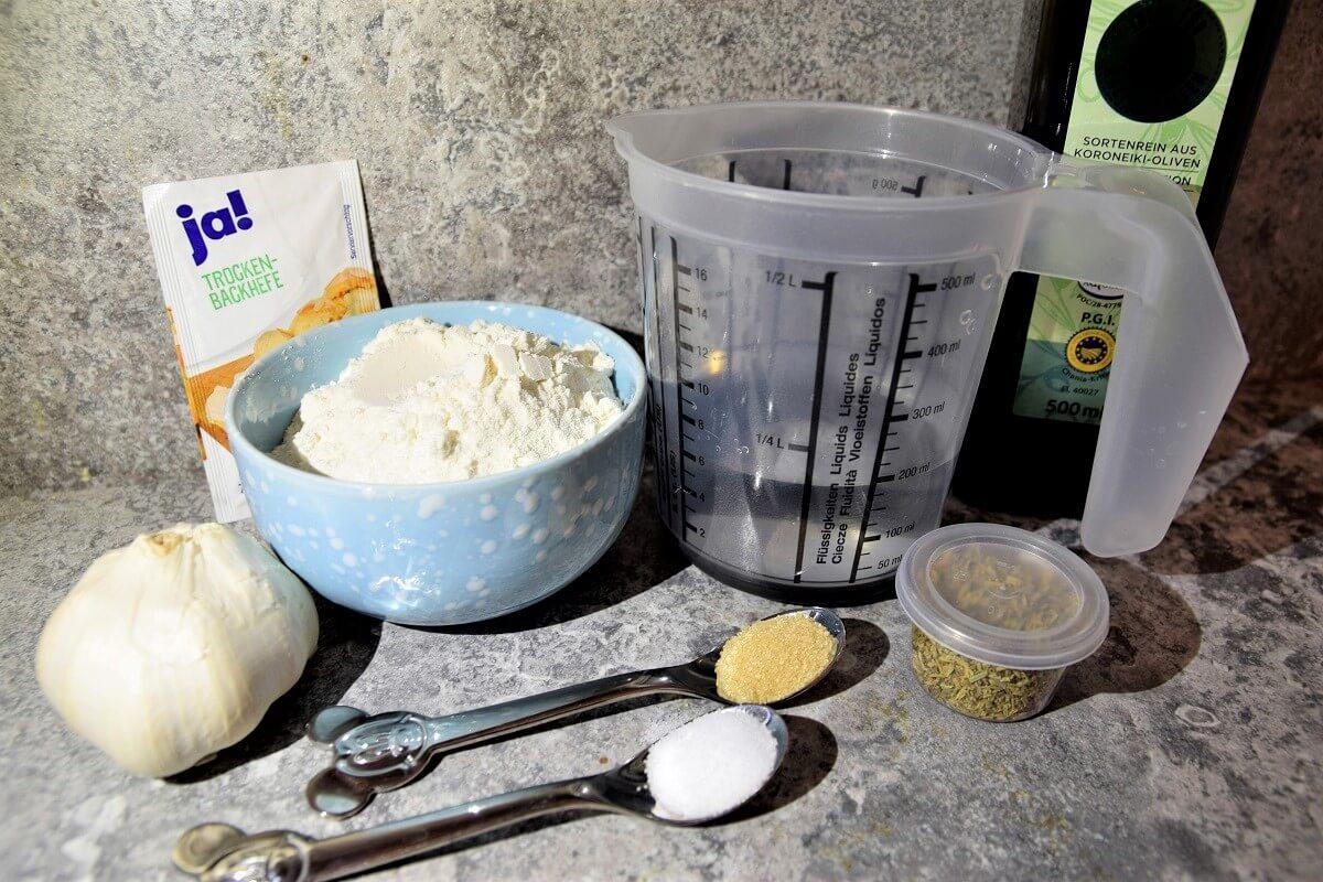 Die Zutaten für die Ronto Fladenbrote sind auf einer Küchenarbeitsfläche bereitgestellt