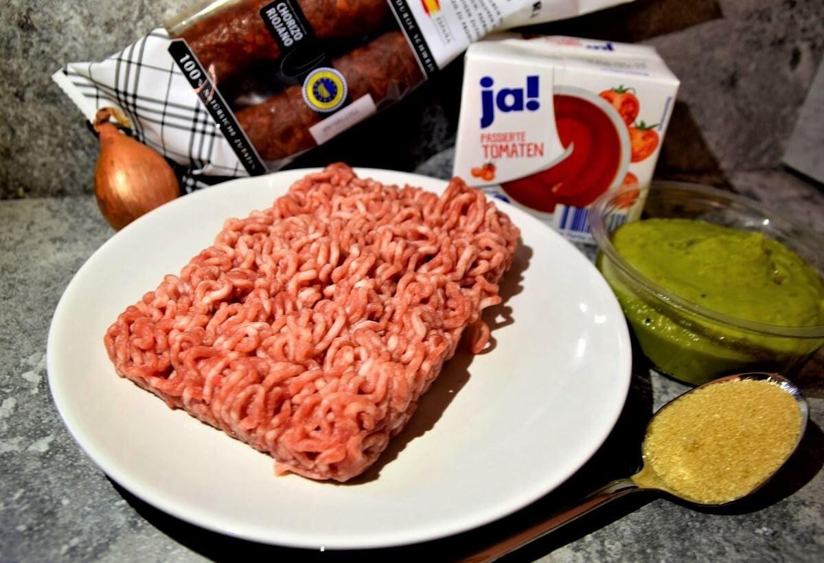 Hackfleisch und weitere Zutaten für die Ronto Wraps sind in einer Küche aufgereiht