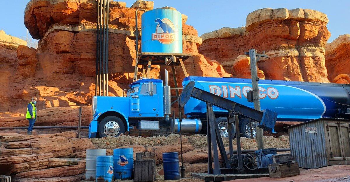Dinoco Lastwagen im Canyon der Attraktion Cars Road Trip Route 66