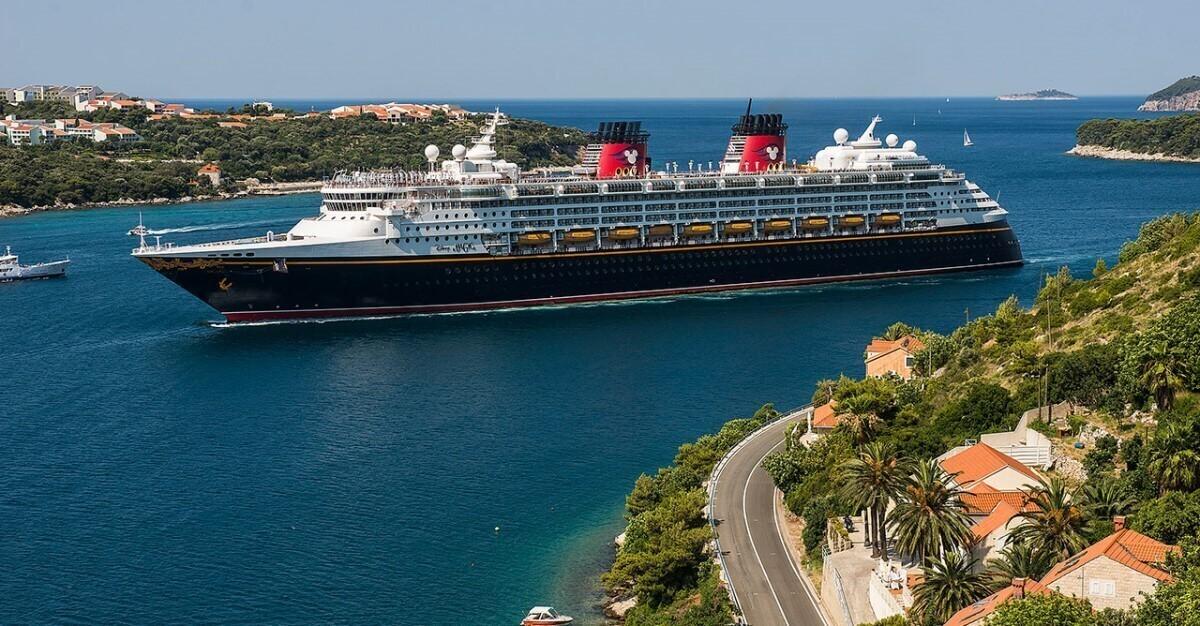 Ein Kreuzfahrtschiff der Disney Cruise Line ist in einem Hafen zu sehen