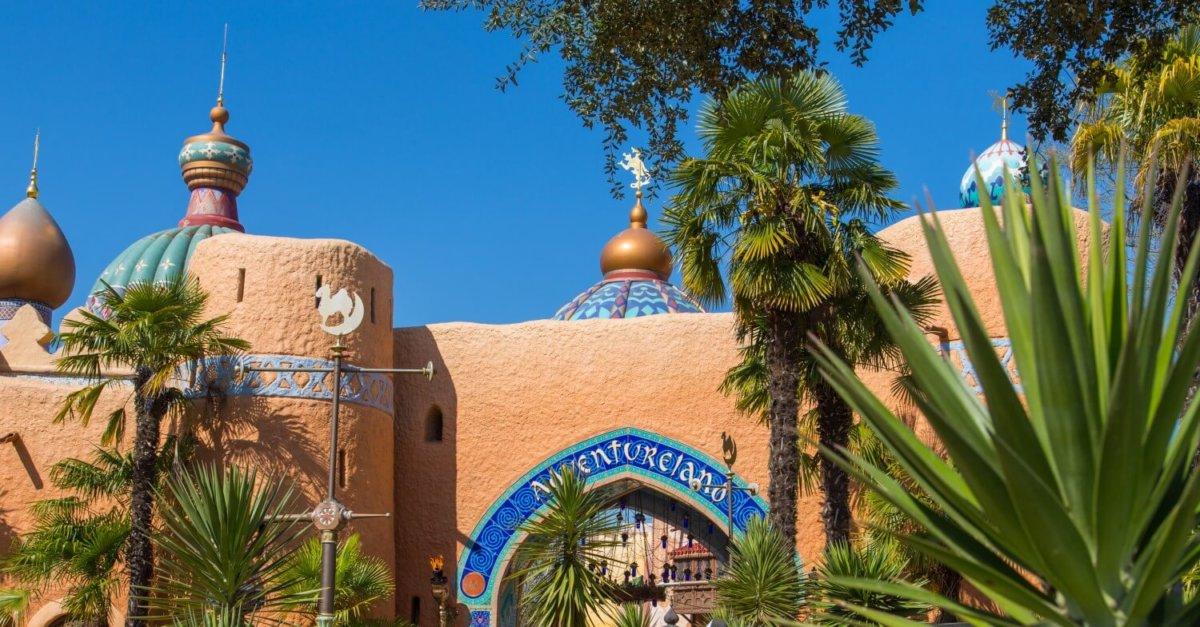 Das orientalisches Stadttor mit Türmen und Kuppeln, davor Palmen, ist der Eingang zum Adventureland in Disneyland Paris