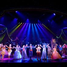 Das Schlussbild von Mickey and the Magician zeigt alle Darsteller mit erhobenen Händen