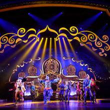 Mickey und der Genie aus Aladdin tanzen auf der Bühne